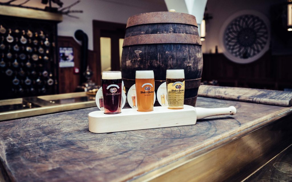 Bierflight vor Holzfass